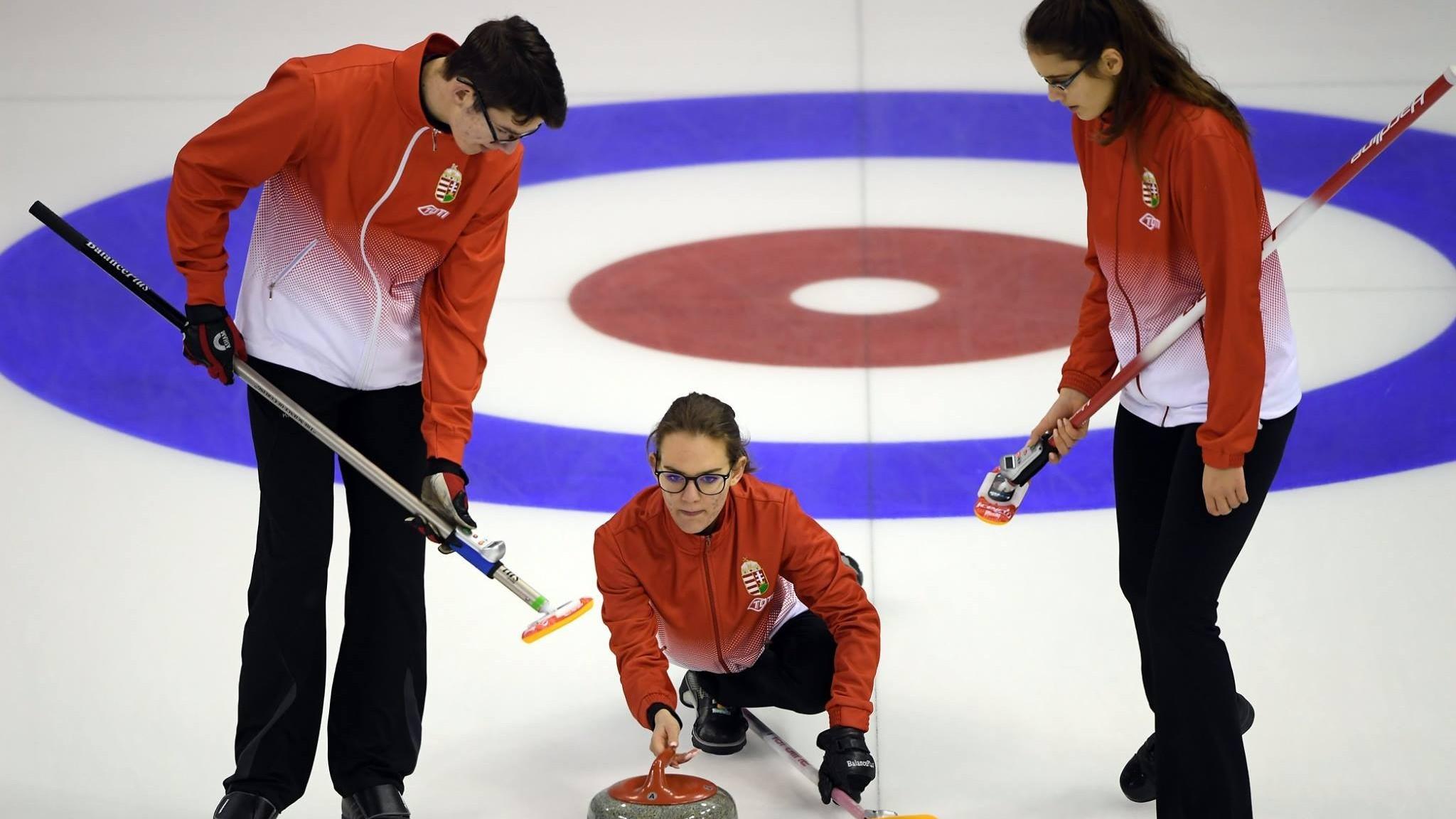 Láng Júlia hetedik a rövidprogram után, a curlingesek még versenyben